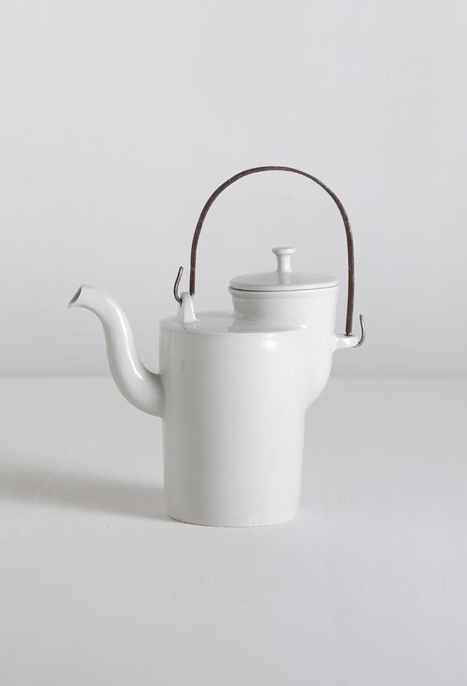 A3_MATHIAS KAISER_bauhaus_teapot_with_iron_handle